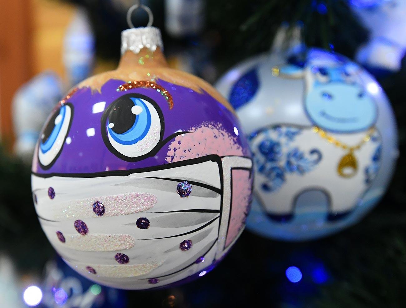 Boules de Noël à Krasnoïarsk (Sibérie). Cette année, l'on assiste à une forte demande pour celles ornées d'un masque de protection.
