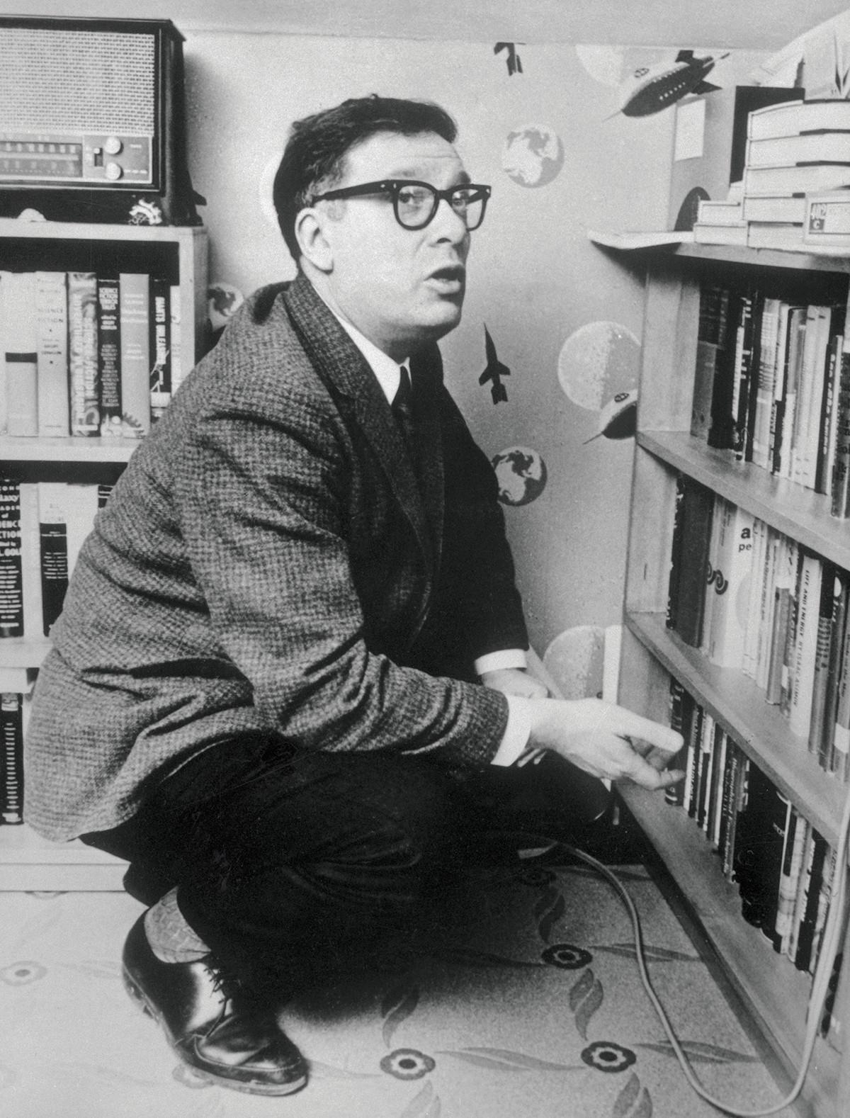 Asimov je počeo objavljivati priče u znanstveno-fantastičnim časopisima 1939. godine.