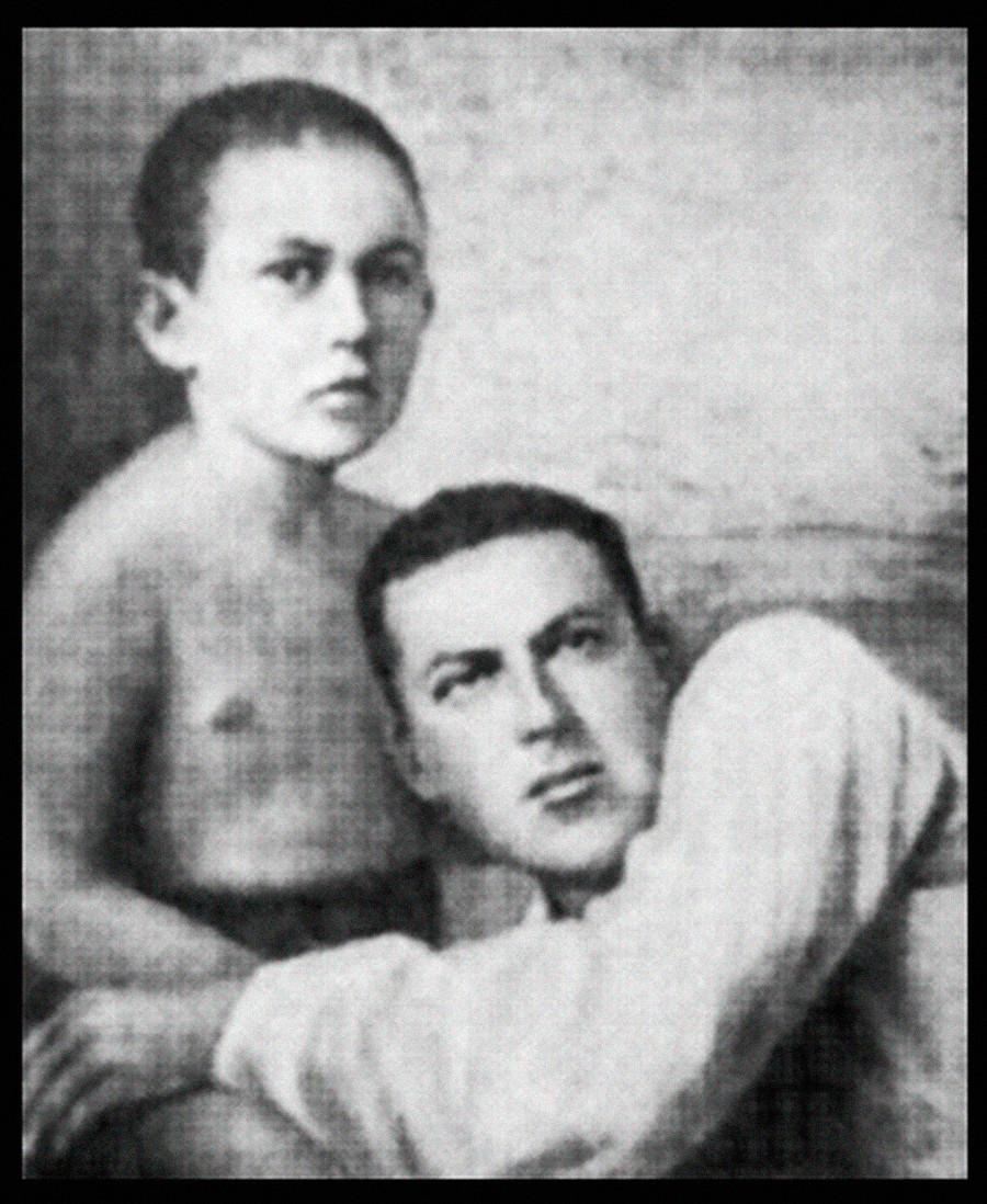 """Совјетски војни командант И. Е. Јакир са сином Петром, 1930. Фотографија из књиге """"Незабываемое"""" (""""незаборавно""""), А.М. Ларина-Бухарина."""