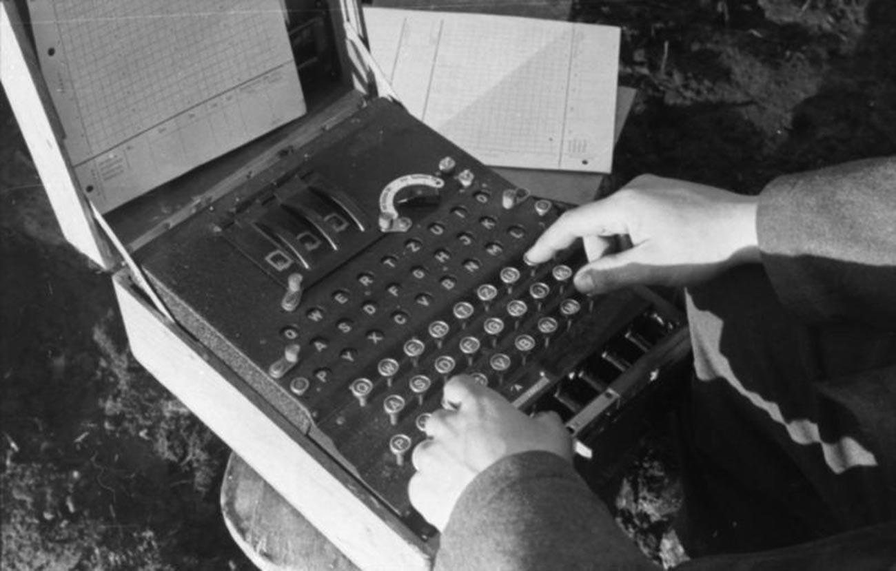 """Совјетски радио-телеграфиста са """"Енигмом"""", машином за шифровање радио-телеграфских порука."""