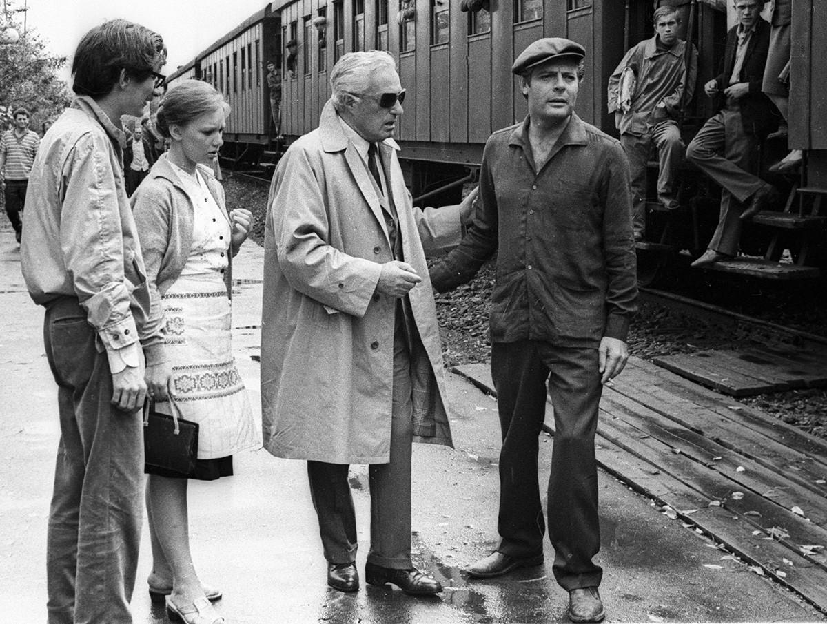 """Da dir. à esq., Marcello Mastroianni, o diretor italiano Vittorio de Sica e a atriz soviética Liudmila Savelieva nas filmagens de """"Os Girassóis da Rússia"""""""