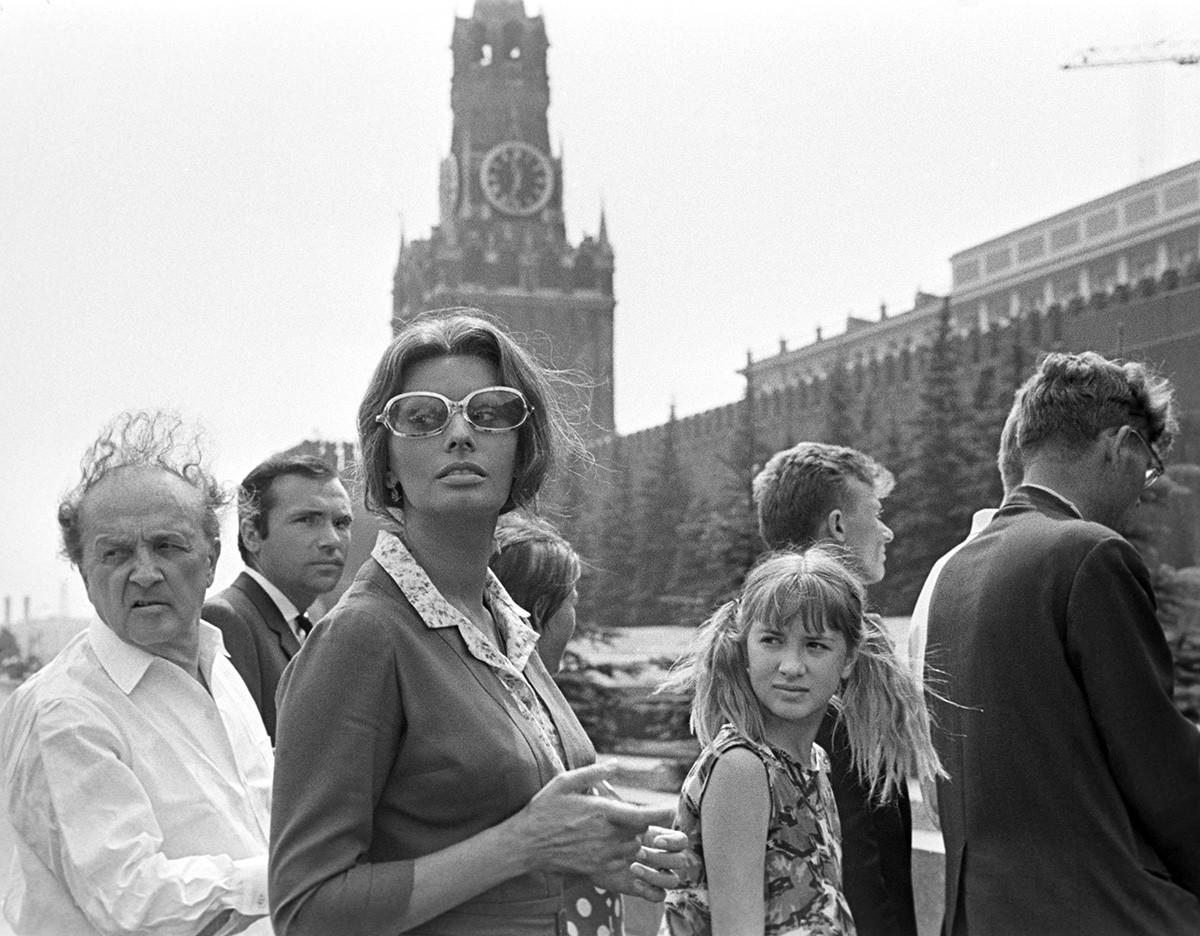 """Sophia Loren na Praça Vermelha durante as filmagens de """"Os Girassóis da Rússia"""""""