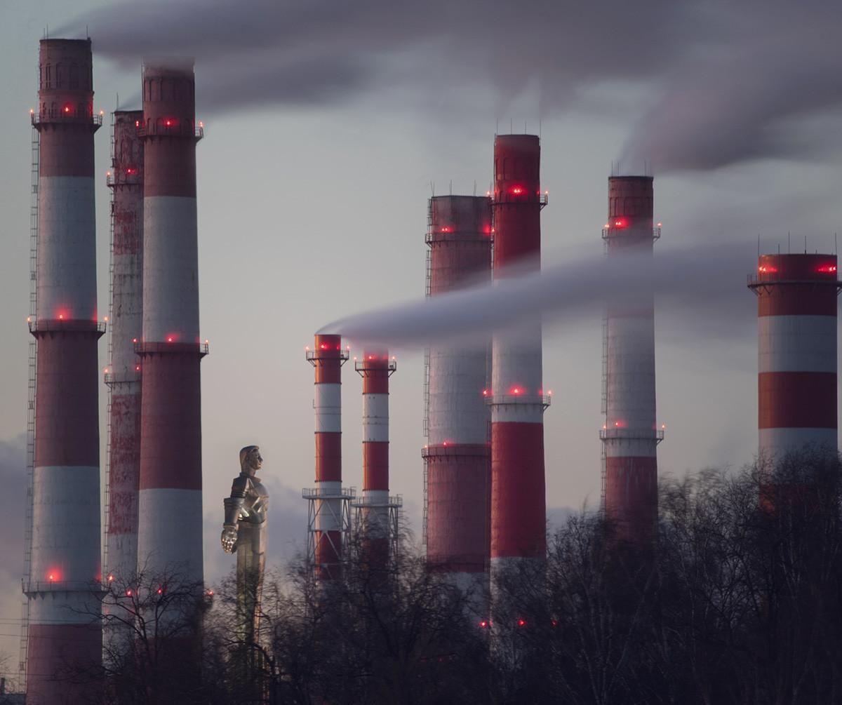 Monument à Gagarine et cheminées, Moscou