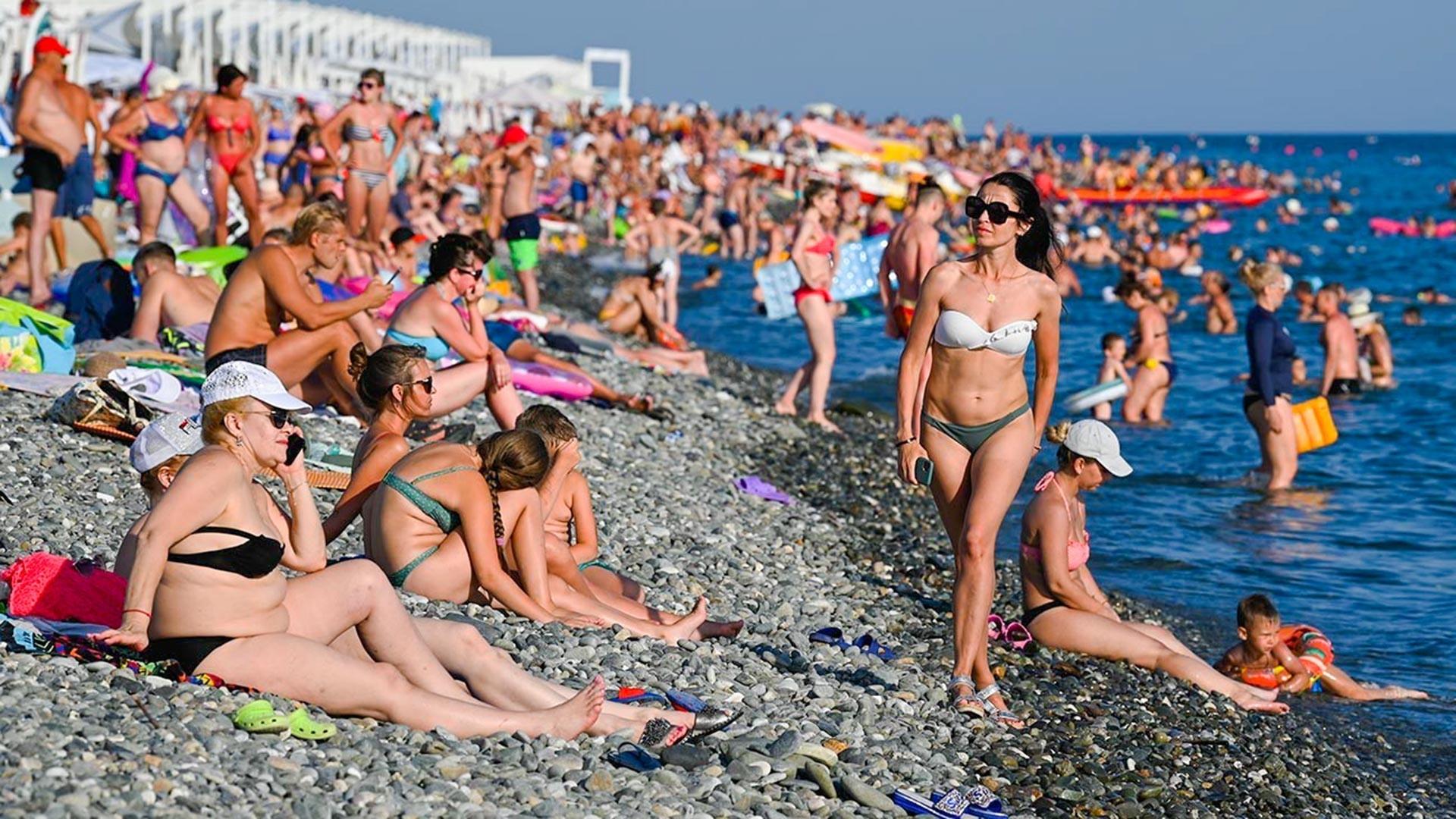 Туристи на плажа во Сочи