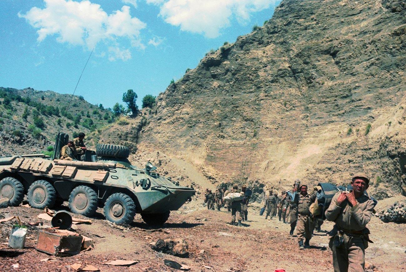 """Околина војне базе """"Џевара"""". Овде је било седиште контрареволуционарних снага, утврђене позиције, артиљеријска гнезда и складишта муниције, оружја и хране."""