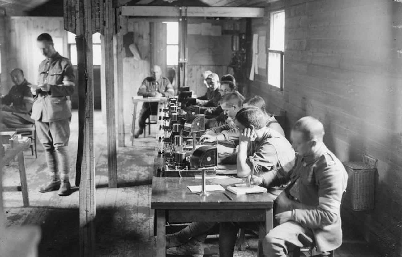 Des agents de l'armée britannique chargés des signaux en morse durant la Première Guerre mondiale
