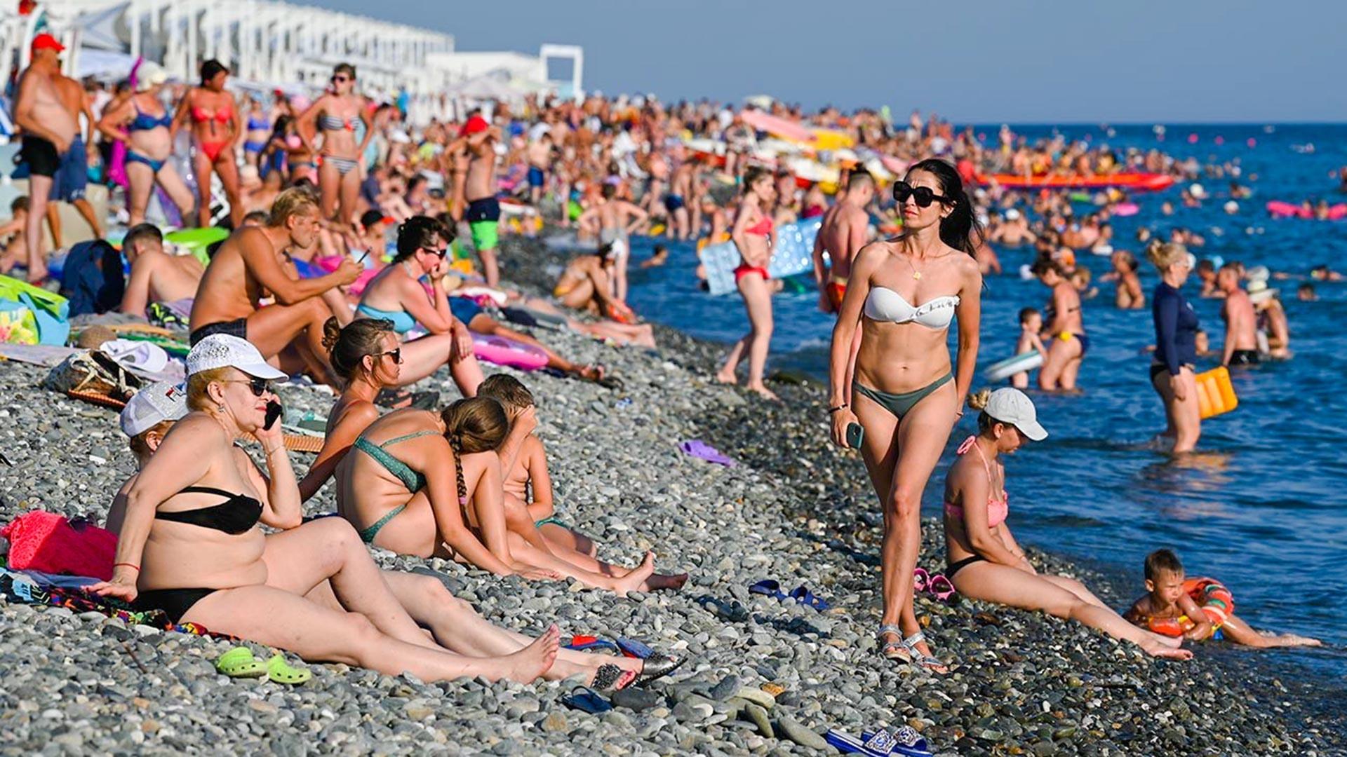 Turisti na plaži u Sočiju
