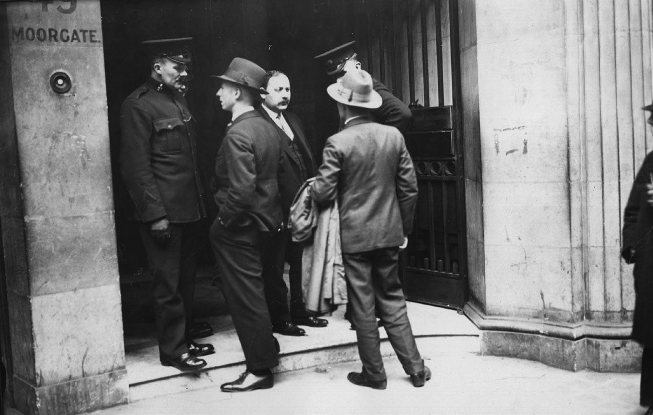 13 май 1927 г.: Полицейски инспектори оглеждат хора извън търговската организация на съветското правителство ARCOS в Мургейт, Лондон, по време на полицейска акция.
