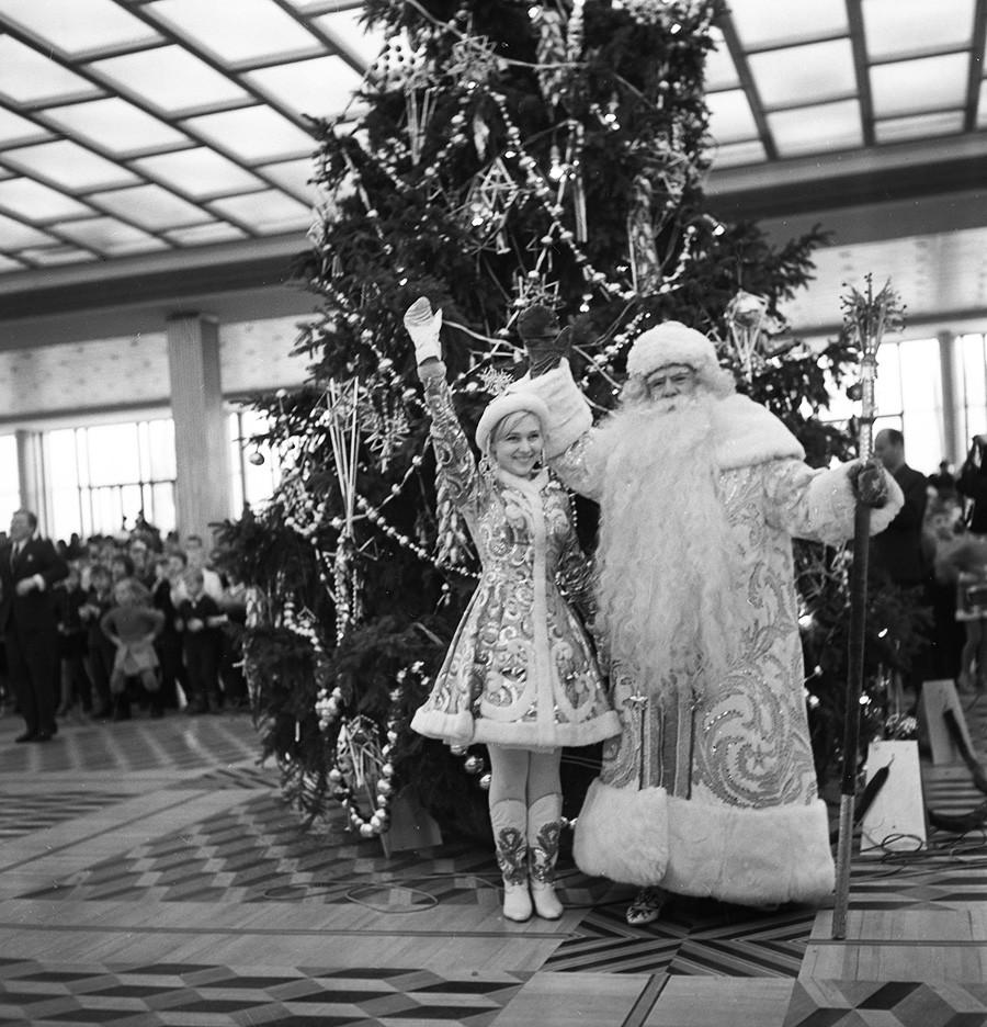Дядо Мраз (народен артист на РСФСР, актьорът Александър Леополдович Хвиля играе ролята на Дед Мороз) и Снегурочка поздравяват децата на новогодишната елха в Кремълския дворец, 1969 г.