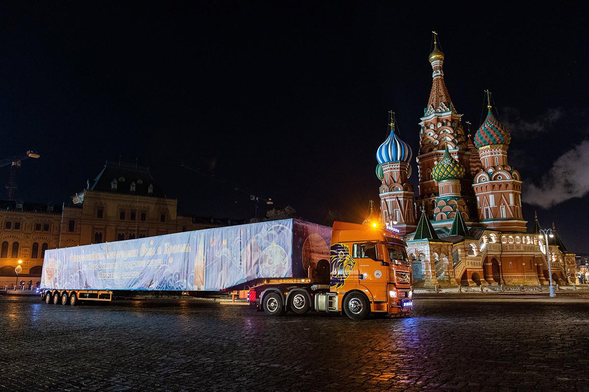 Доставка на главната новогодишна елха на страната до Съборния площад в Кремъл