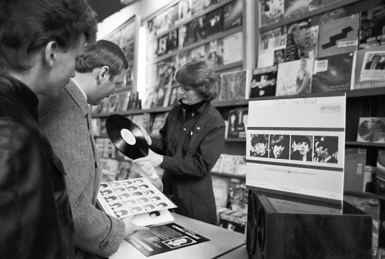 ビートルズの新アルバムを販売しているレコード会社「メロディヤ」の店