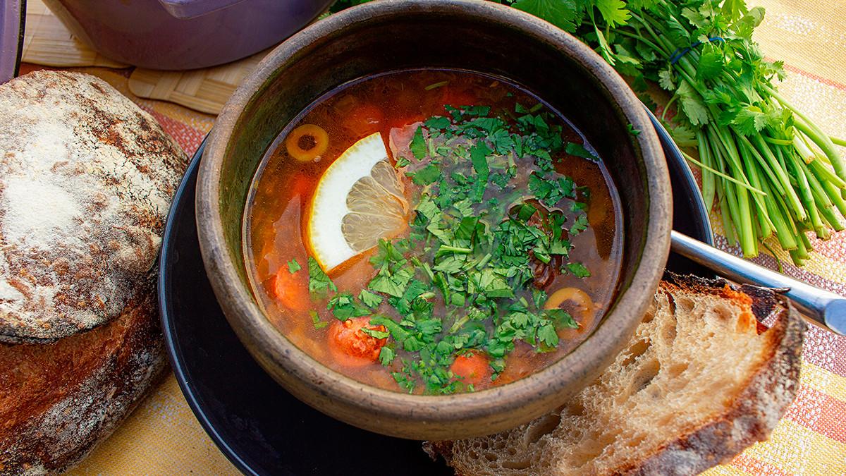 Tiap keluarga Rusia mencoba menambahkan sesuatu yang unik ke dalam sup solyankanya.