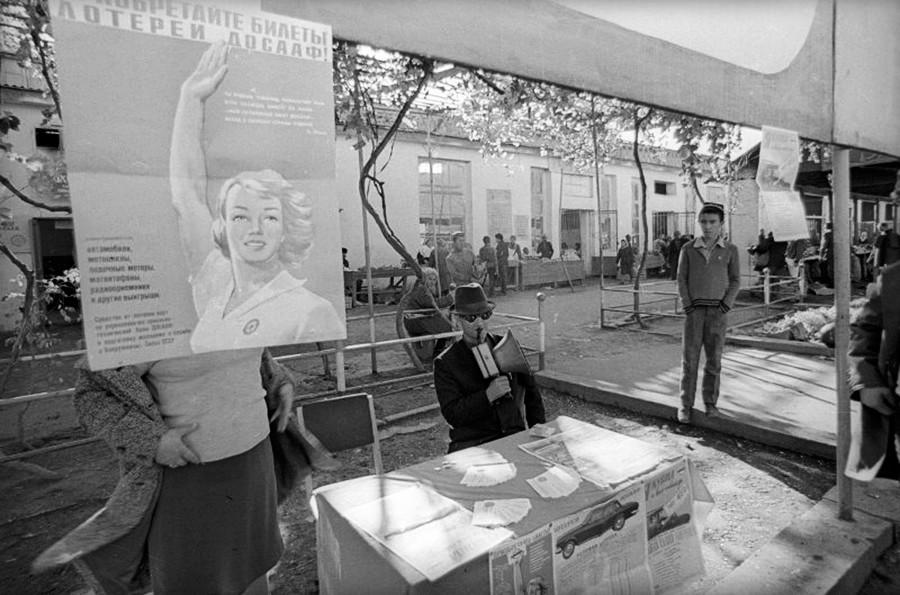 Beaucoup de Soviétiques ont joué à la loterie sans savoir à quel point il était difficile de gagner.