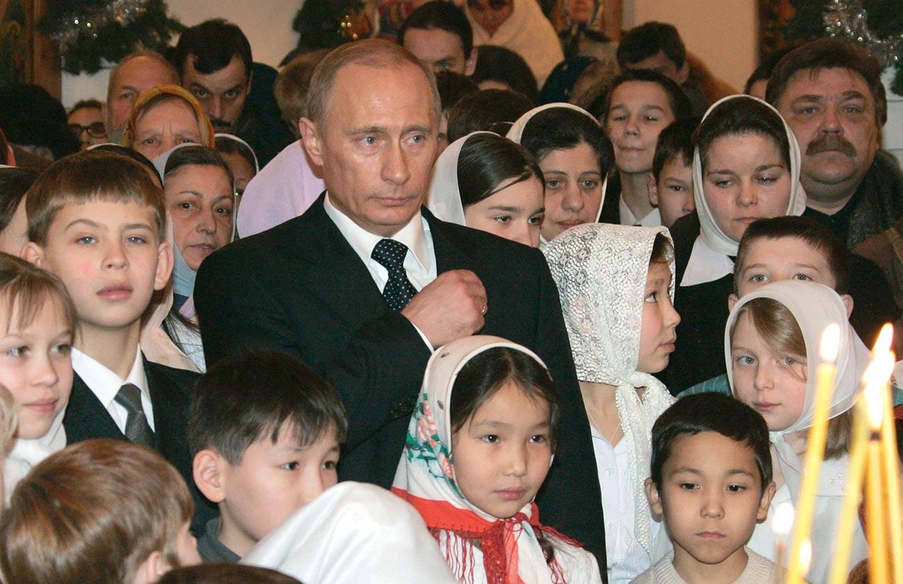 Руският президент Владимир Путин се прекръства, докато присъства на коледна литургия в руския град Якутск в източен Сибир, 7 януари 2006 година.