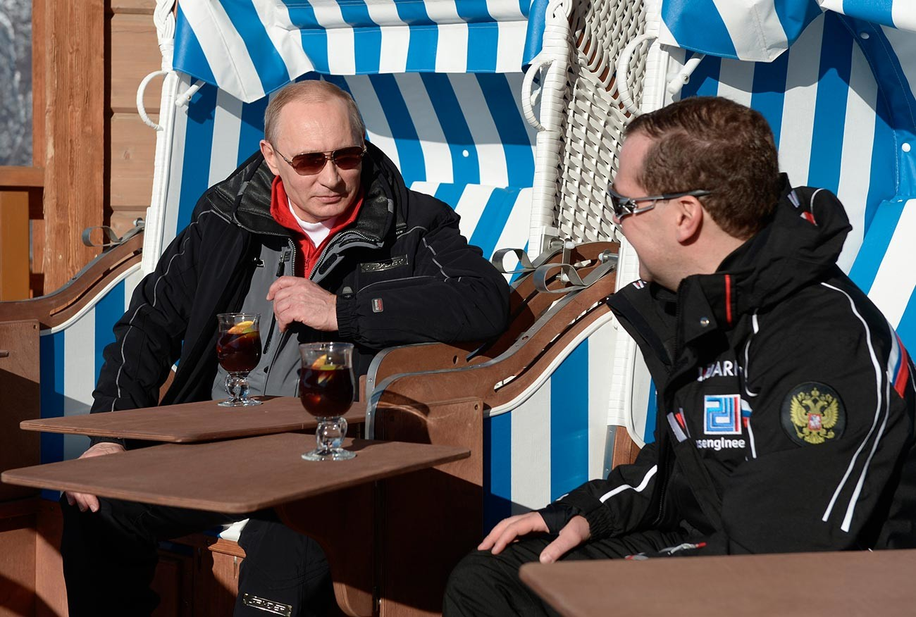 Руският президент Путин и Дмитрий Медведев разговарят по време на посещението си в центъра за ски и биатлон
