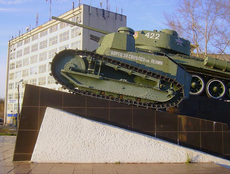 """Copia del primer tanque soviético """"Combatiente de la Libertad Camarada Lenin"""" en Nizhni Nóvgorod. Este tanque era una variación del tanque francés Renault FT"""