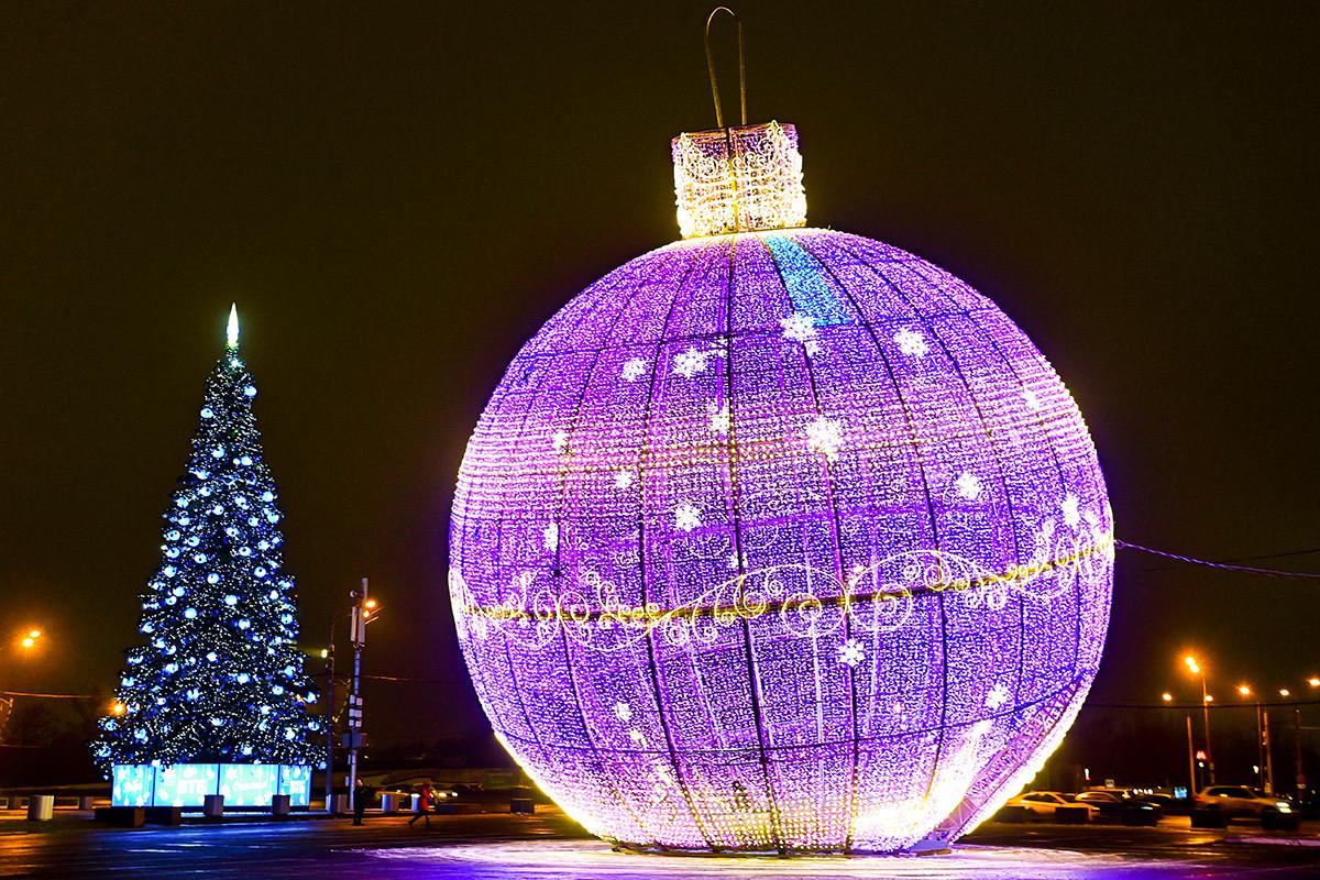 ポクロンナヤの丘を飾った巨大なクリスマスツリーボール