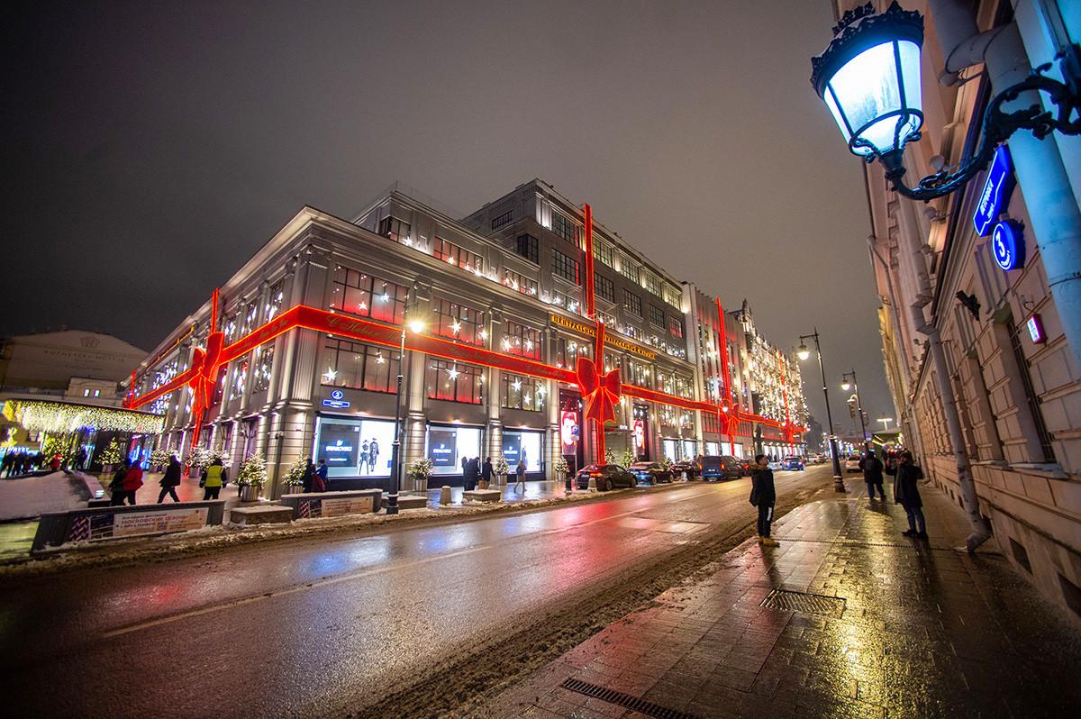 ボリショイ劇場のそばにあるおしゃれなツム百貨店は大きなプレゼントに見える