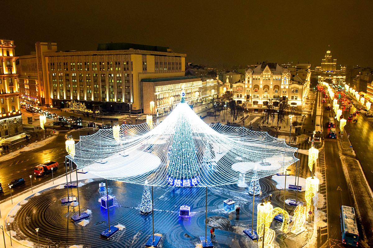 ルビャンカ広場とその華麗なクリスマスツリー