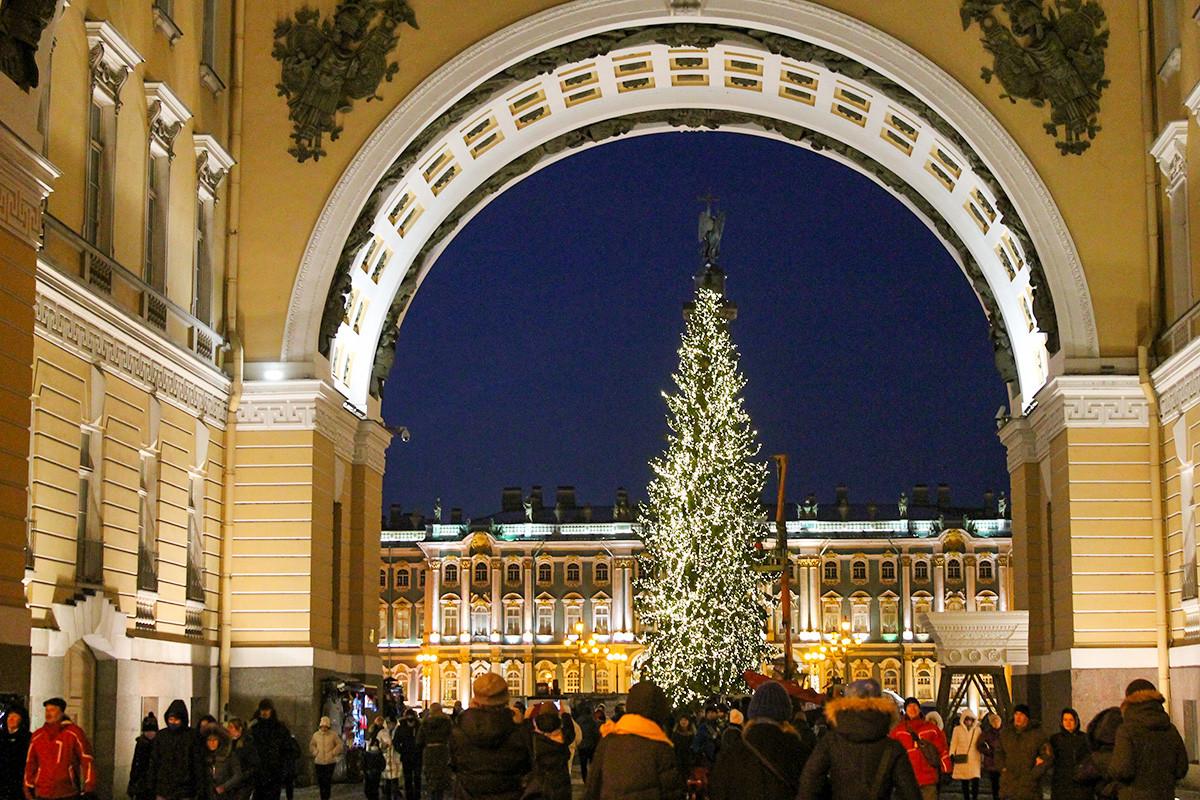 宮殿広場のクリスマスツリー