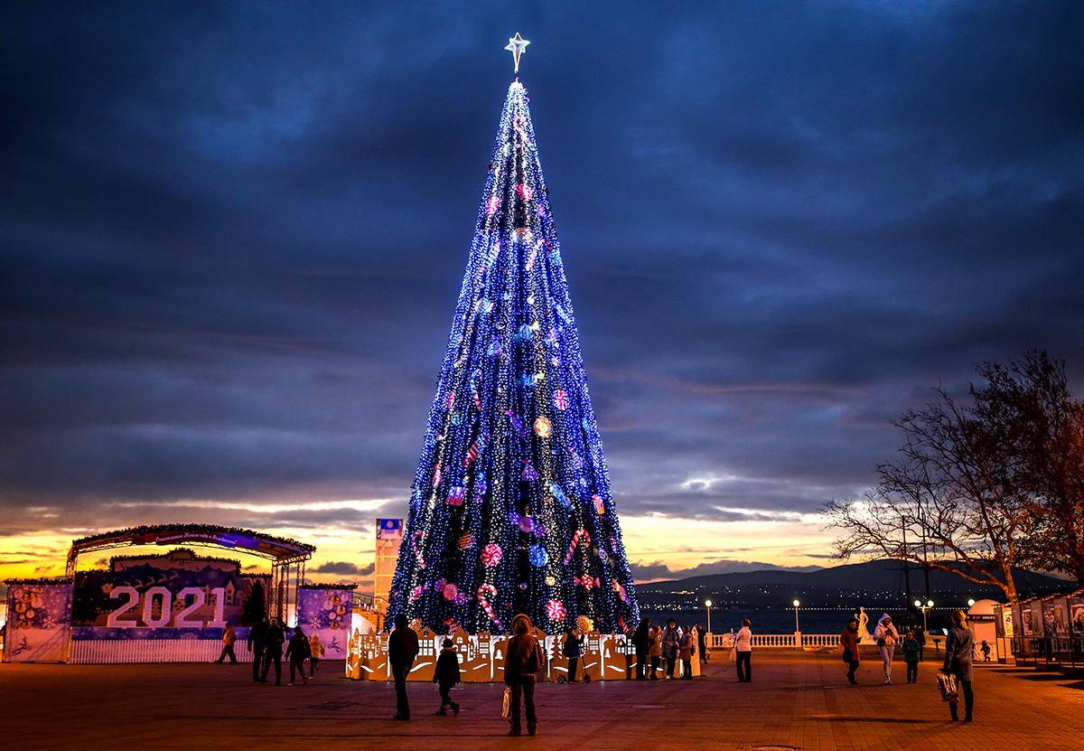 この黒海のリゾート地でコーカサス山脈を背景にするクリスマスツリーが置かれた