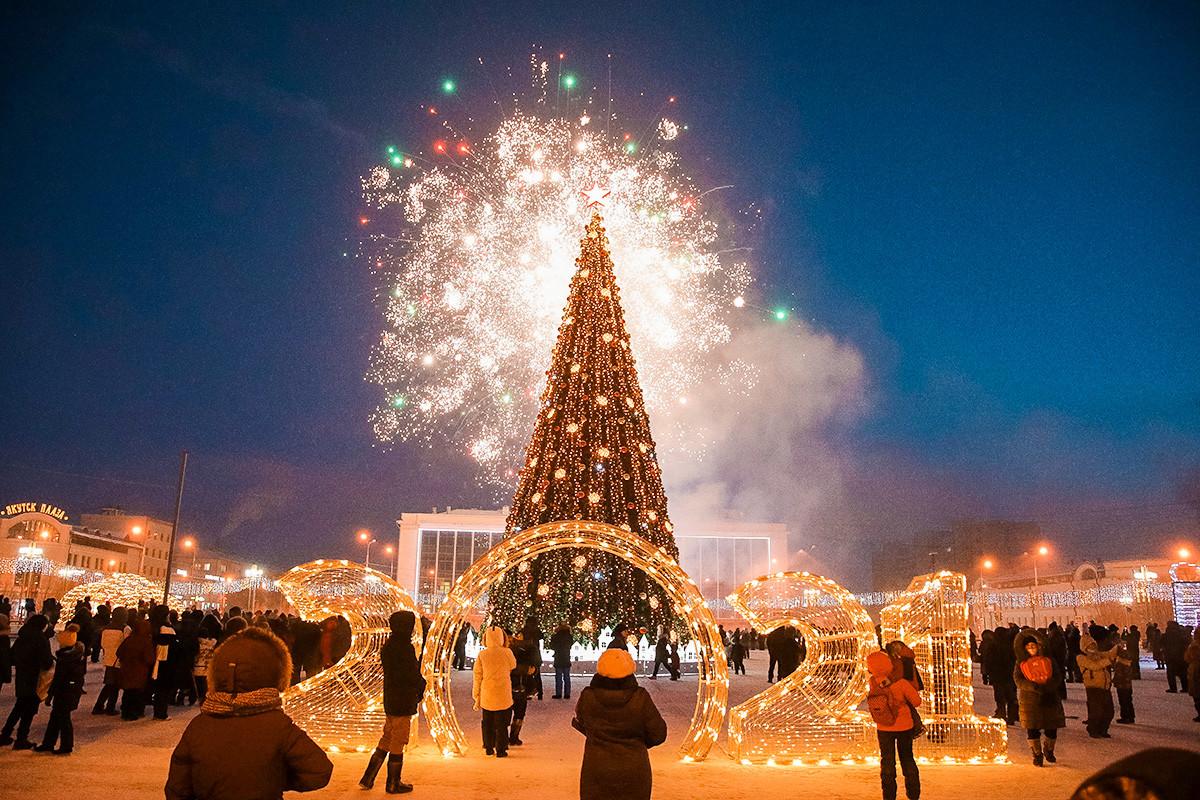 ロシアで最も寒い所であるサハ共和国の州都で美しいクリスマスツリーが設置された