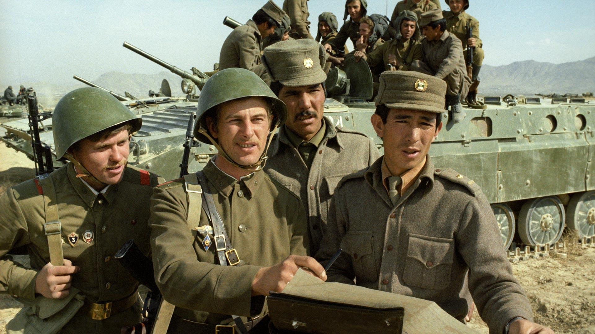 Des soldats soviétiques et afghans