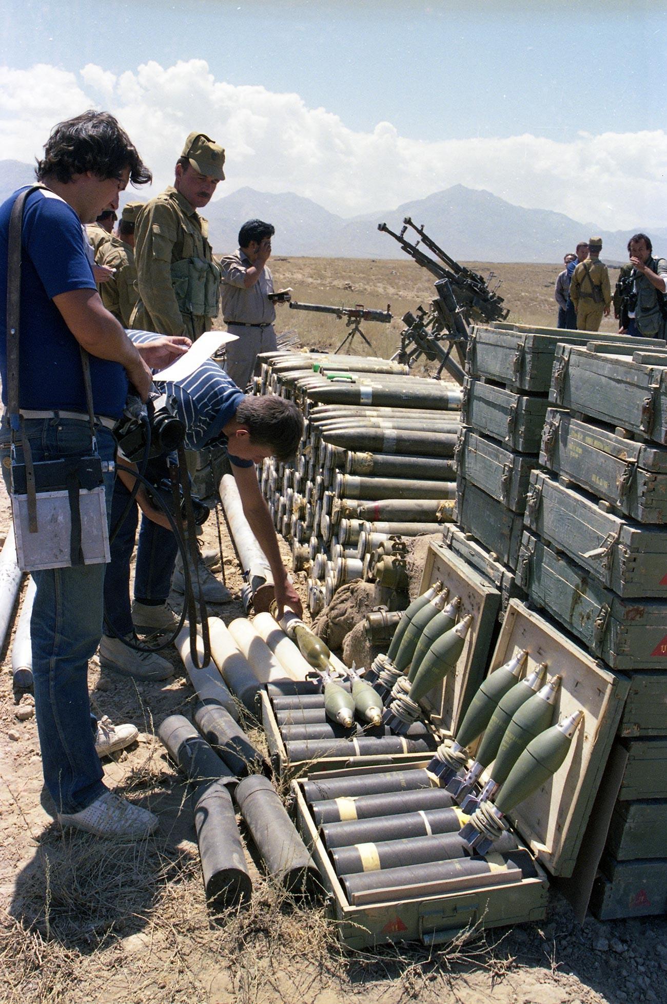 La République islamique d'Afghanistan. Un dépôt de munitions et d'armes saisi à la suite des combats