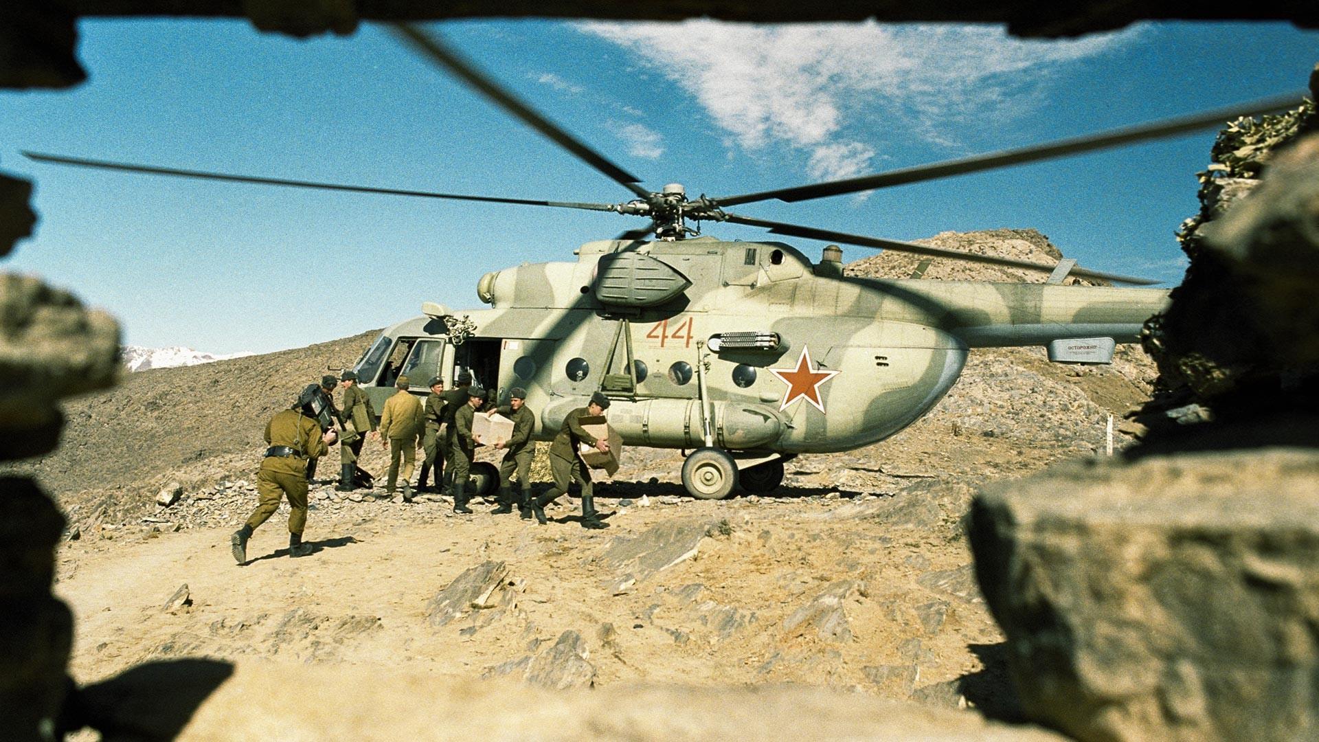 Un hélicoptère soviétique Mi-8 en Afghanistan