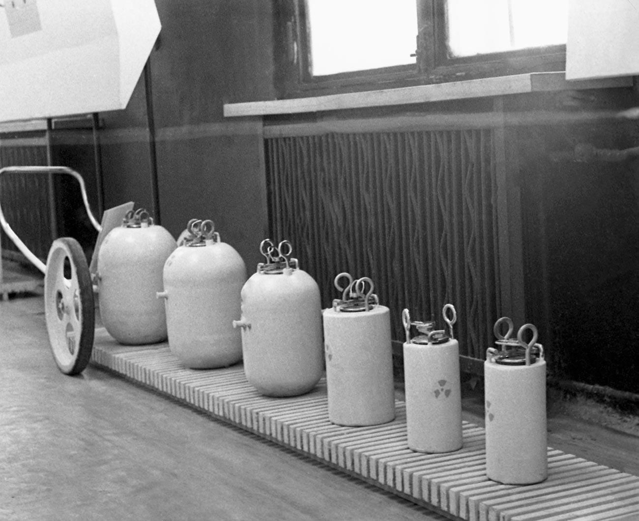 Контейнеры различной формы и объема для перевозки радиоактивной продукции.