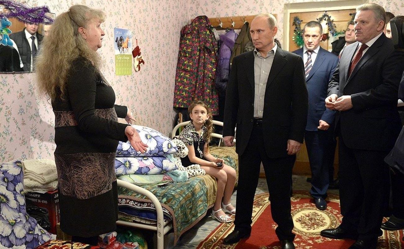Putin chegando a Khabarovsk, onde celebrou a chegada do Ano novo com vítimas das enchentes no Extremo Oriente, em 2013
