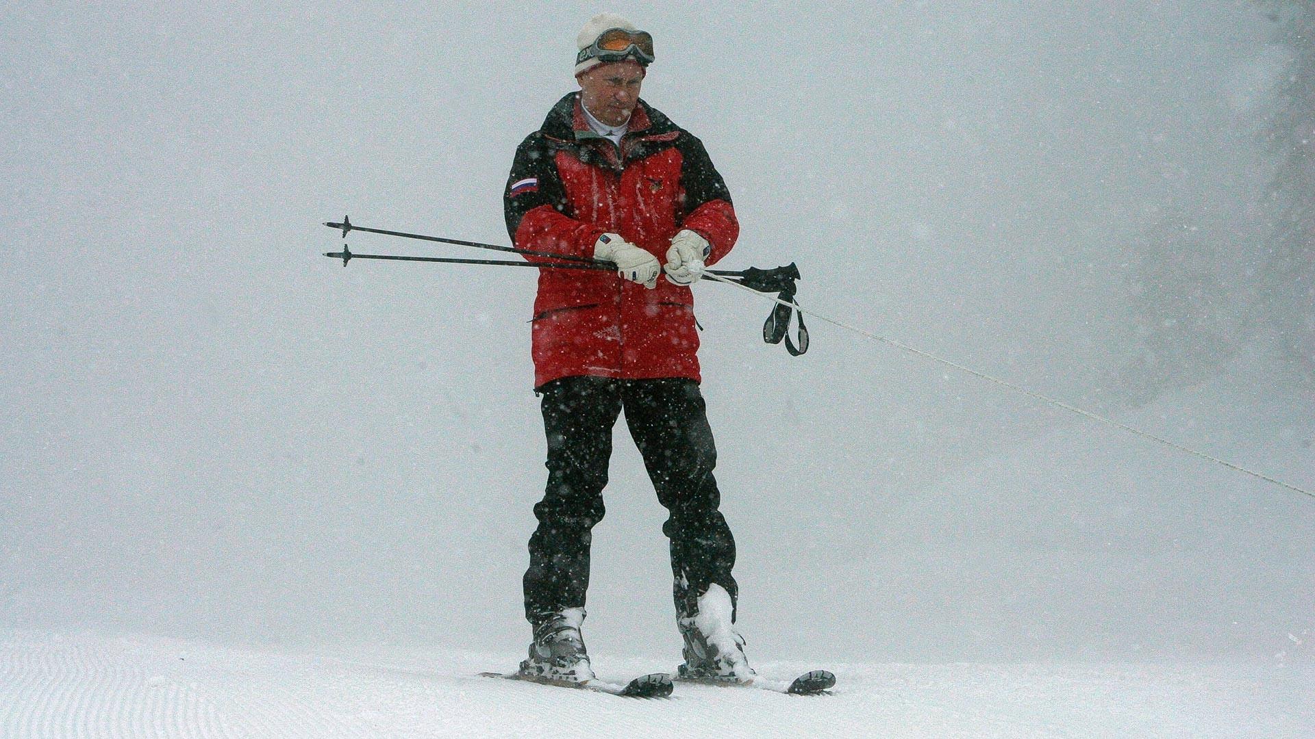 Putin durante visita a complexo turístico na estação de esqui de Krasnaia Poliana