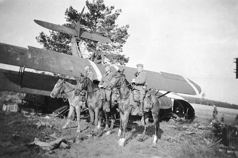 Restos de um Po-2 inspeccionados por tropas alemãs