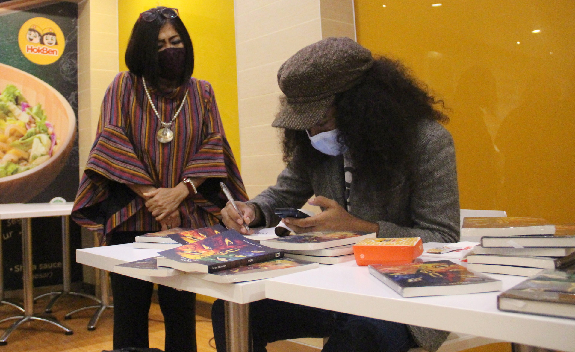 Iwan Jaconiah membubuhkan tanda tangan pada bukunya saat peluncuran di Jakarta, Sabtu (19/12).