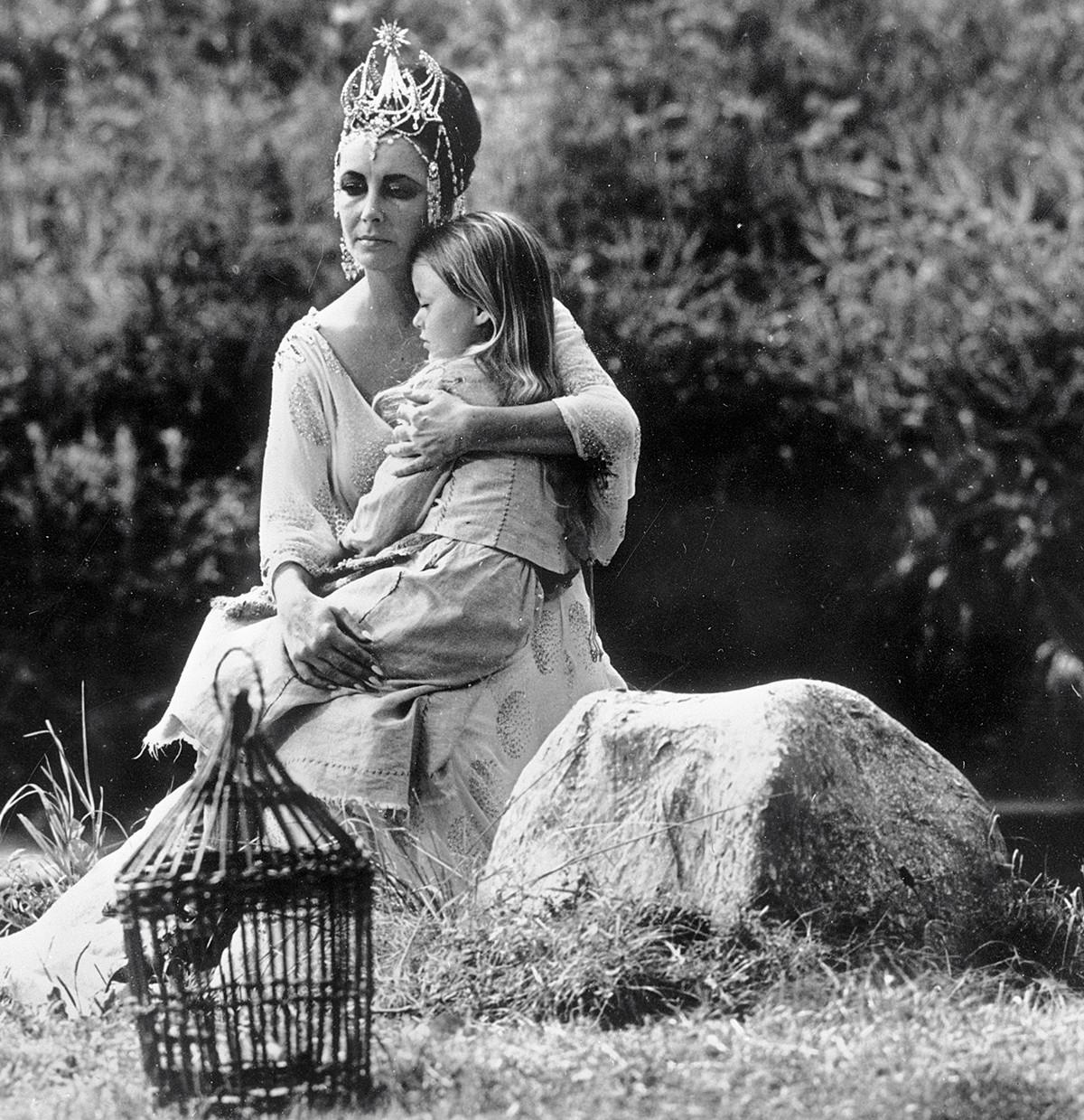Elizabeth Taylor et Patsy Kensit  dans le film L'Oiseau bleu