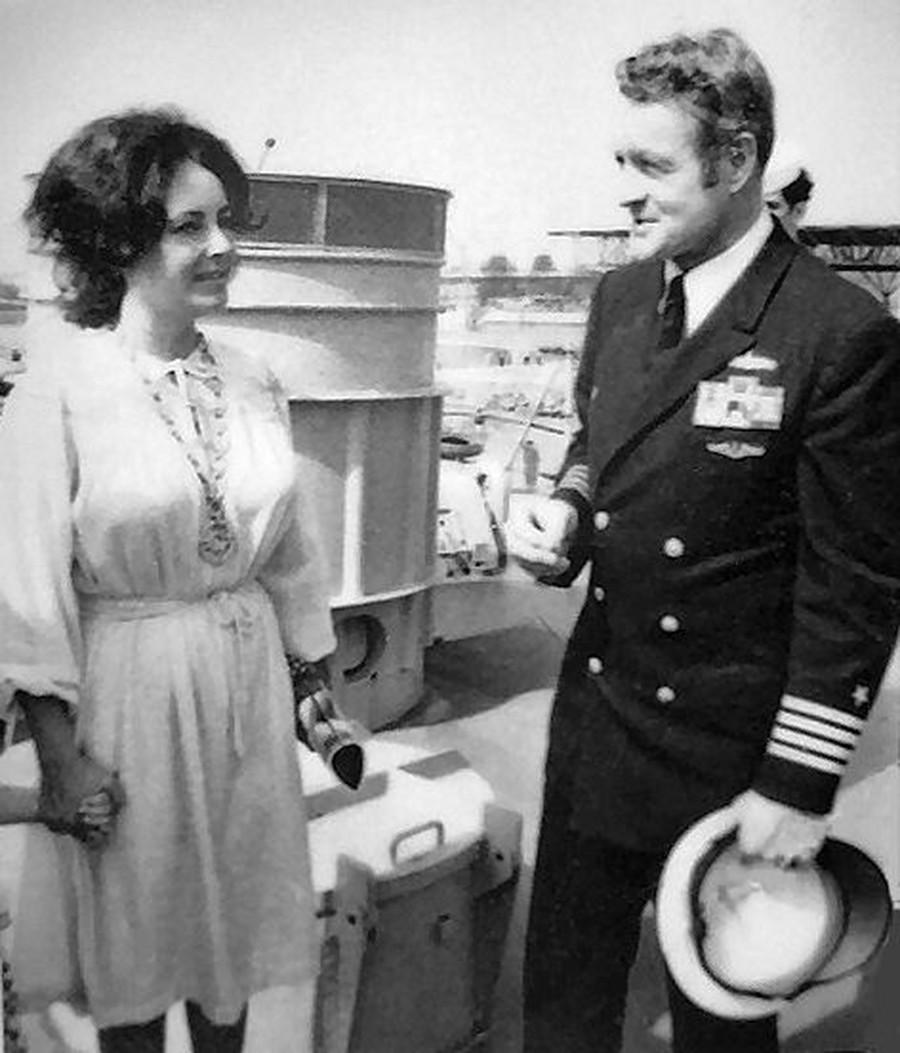 Sur la photo, Elizabeth Taylor et le commandant de la frégate américaine Leahy Alex Sinclair