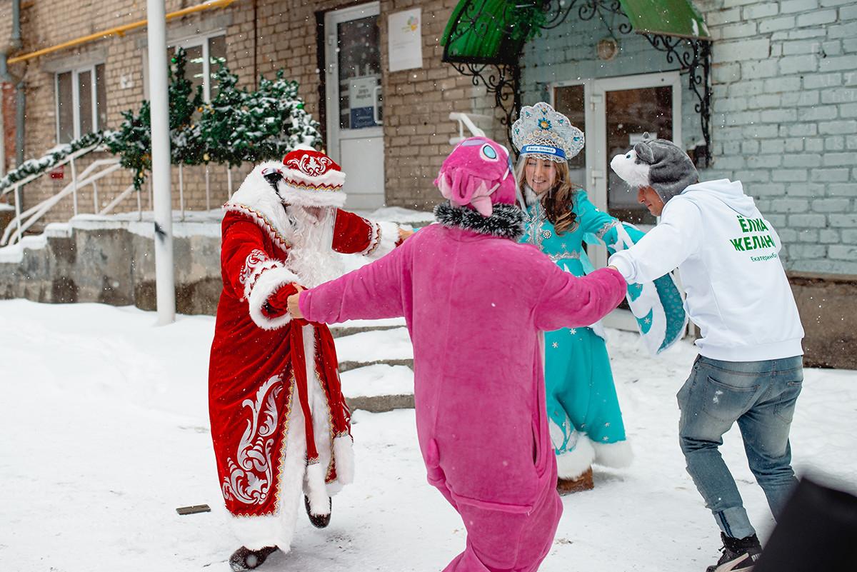 Дед Мороз и Снегурочка с помощниками.