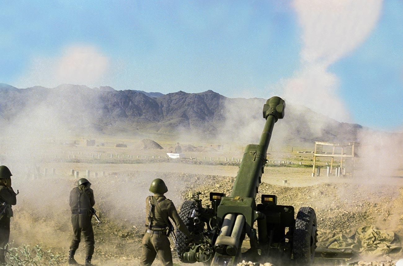 Артилерийски огън в селото, където са разположени военните опозиционни сили