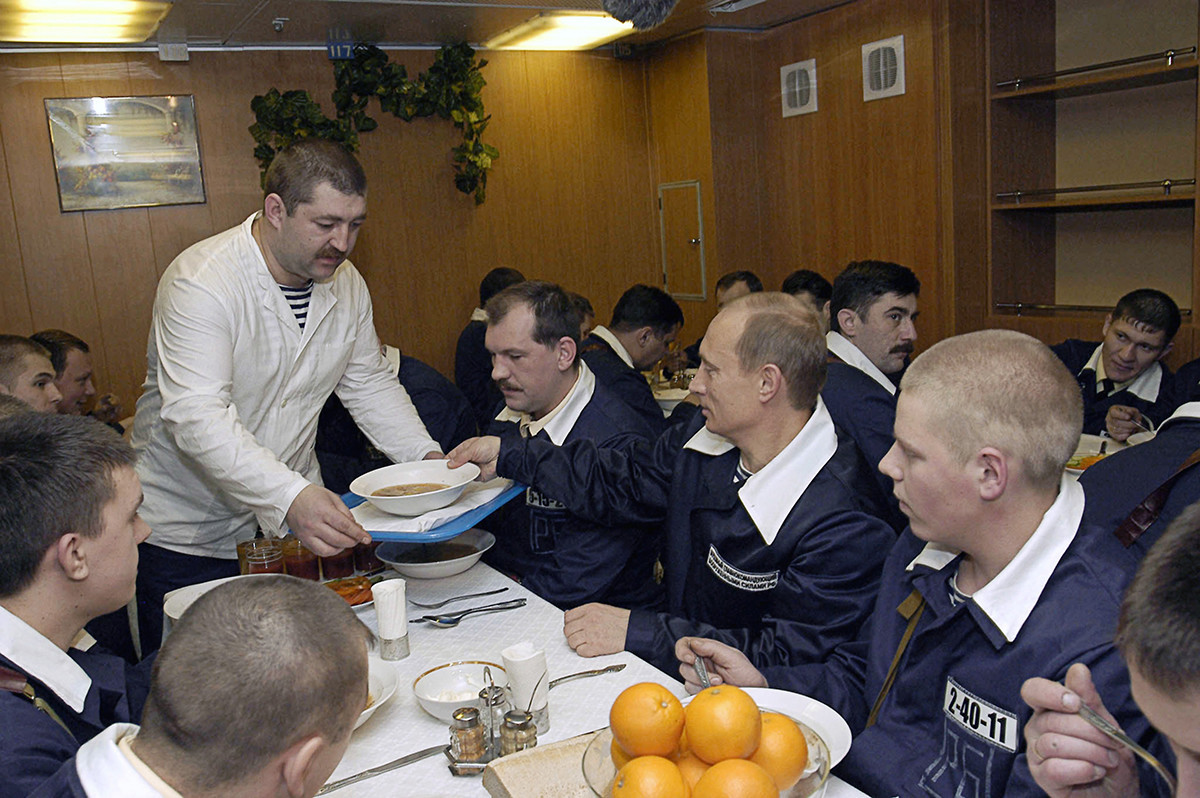 O presidente russo, Vladímir Putin, visita os marinheiros da Frota do Norte, 2004, e toma sopa com eles.