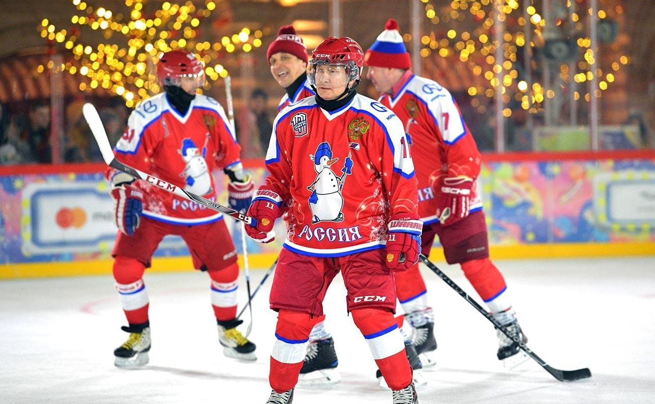 Vladimir Putin mengikuti pertandingan persahabatan malam tahun baru Liga hoki Malam di Lapangan Merah.