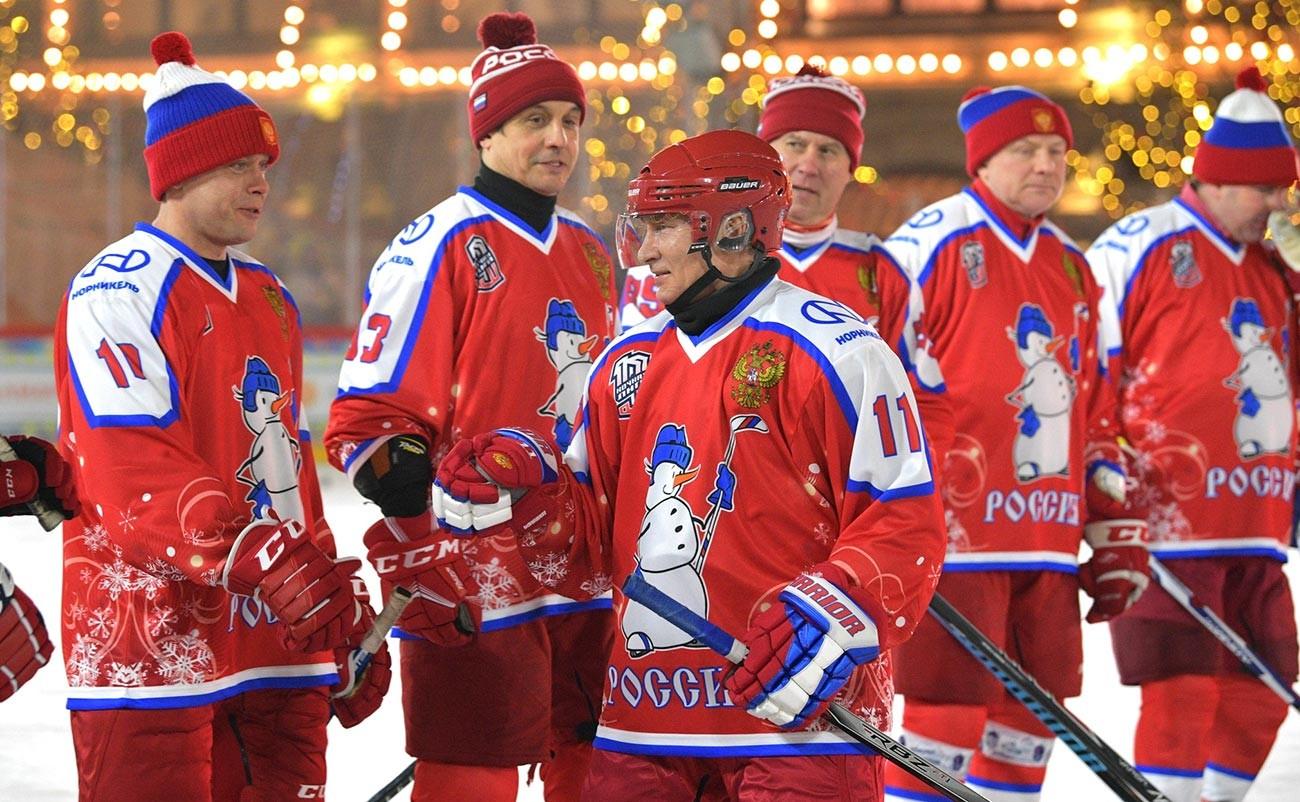 Le président russe sur le terrain de hockey avec les membres de son équipe