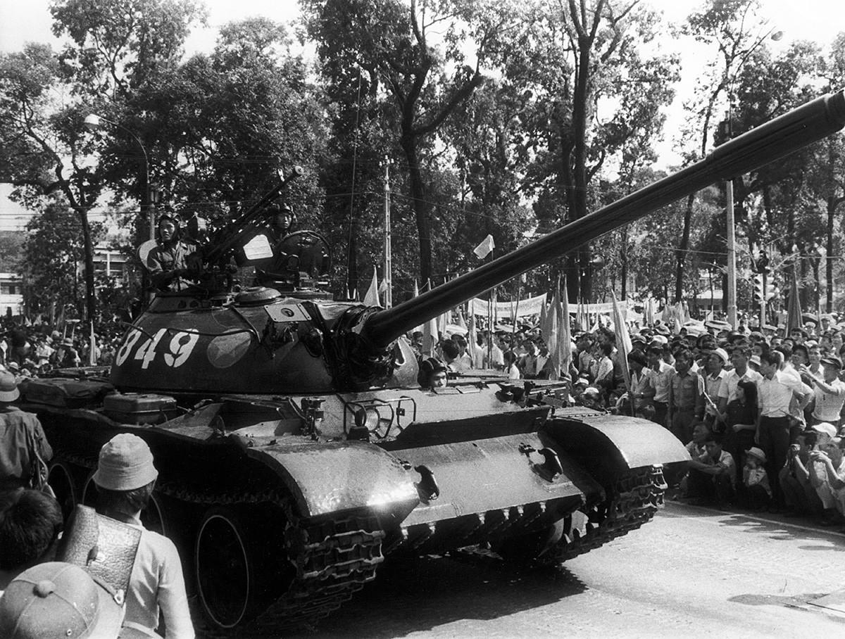 Tank Soviet melintas dalam parade kemenangan di Saigon, 15 Mei 1975.