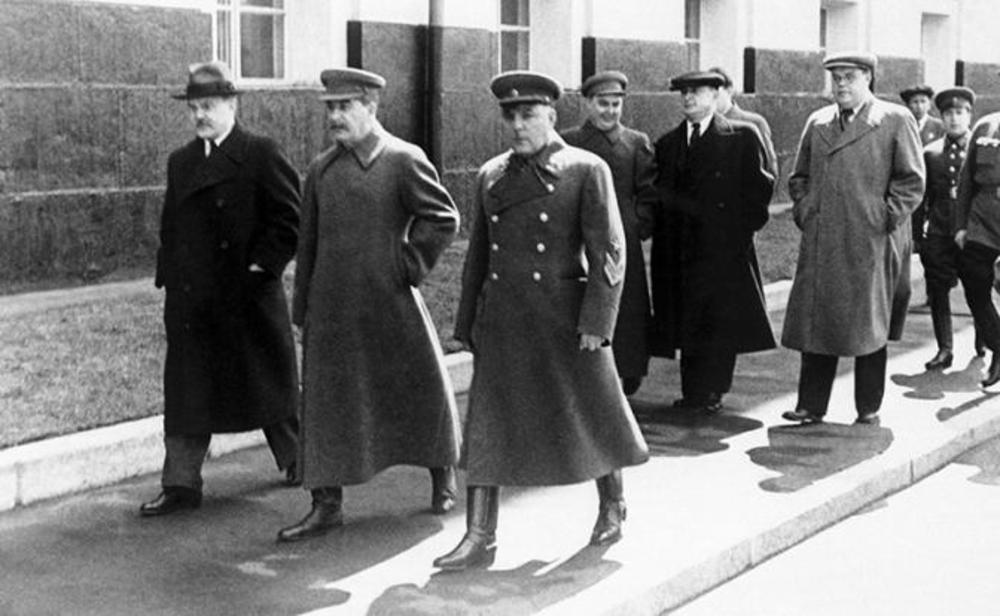 Первая шеренга: Молотов, Сталин, Ворошилов; вторая шеренга - Маленков, Берия, Щербаков.