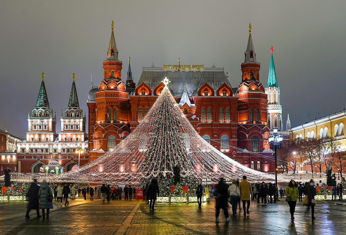 Décorations du Nouvel An sur la place du Manège, devant le Musée historique d'État