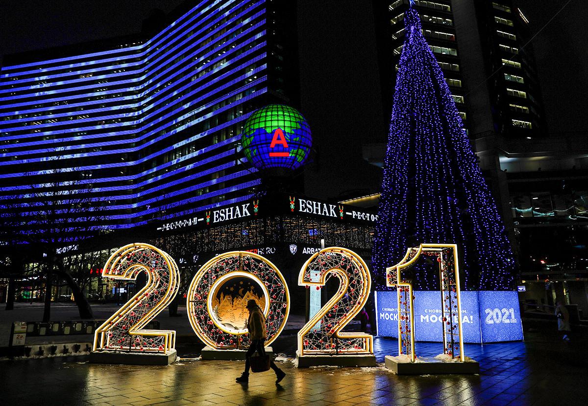 Le Nouvel Arbat, l'une des artères centrales de Moscou, et son sapin du Nouvel An