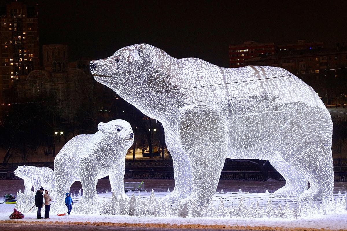 Une famille d'ours polaires géants accueille les visiteurs dans le parc du quartier résidentiel de Rostokino.