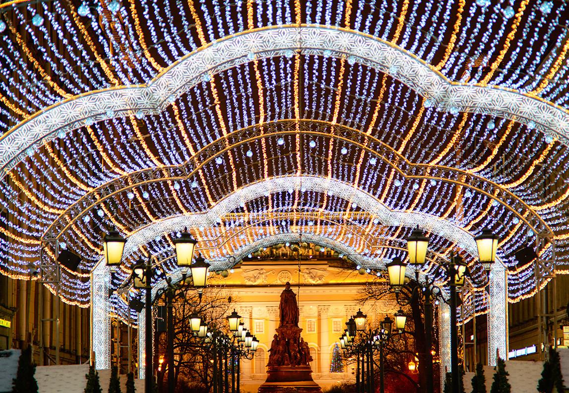 La décoration festive sur la Malaïa Sadovaïa a des allures d'énorme vague.