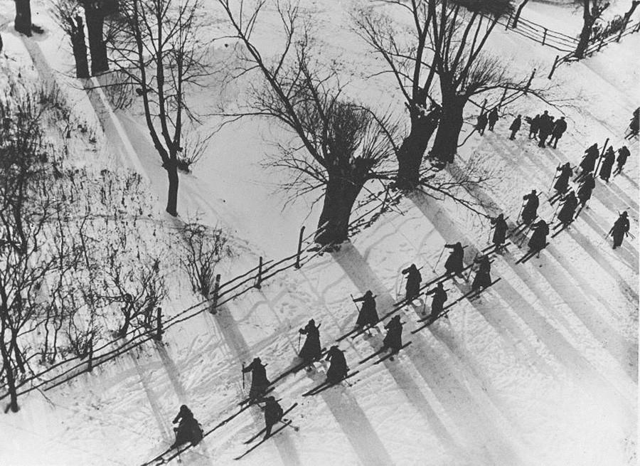 Soldados del Ejército Rojo esquiando, 1927.