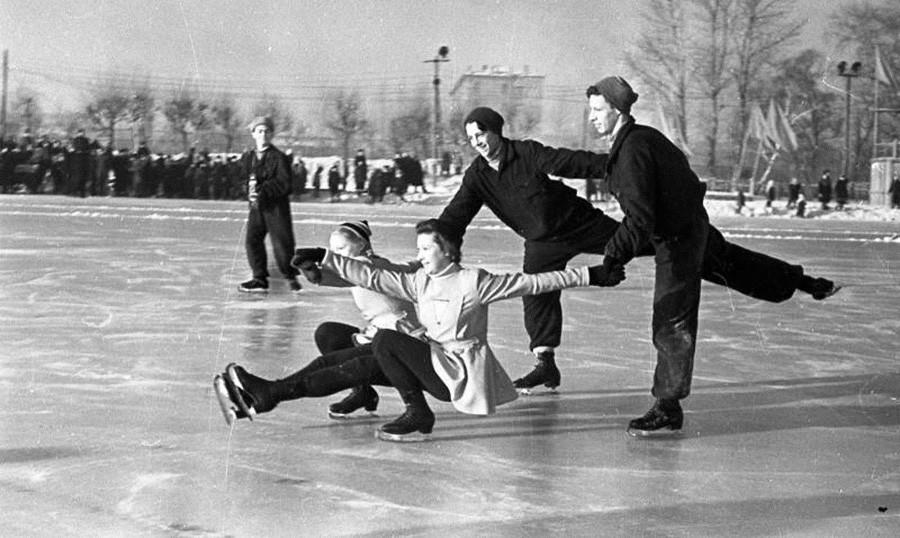 Jóvenes patinadores artísticos en la pista del Estadio de los Jóvenes Pioneros de Moscú, 1947.