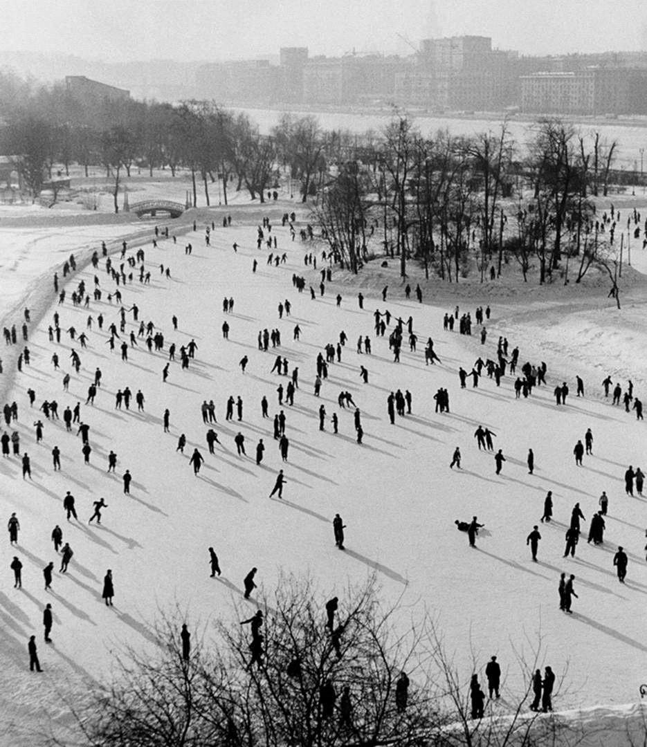 Pista de patinaje en el Parque Gorki en Moscú, 1950.